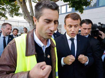 El diputado Francois Ruffin (i) y el presidente Emmanuel Macron, en una fábrica de Amiens a principios de octubre.