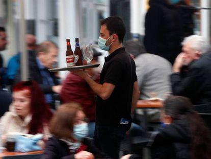 Un camarero atiende una terraza en la Comunidad Valenciana, en una imagen de archivo.