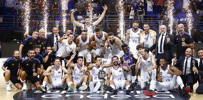 La plantilla del Madrid celebra la conquista de la Supercopa. acbphoto