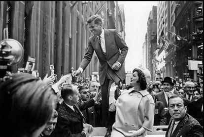 John Fitzgerald Kennedy, junto a su mujer, Jacqueline Bouvier Kennedy, rodeados por la multitud en Nueva York, durante la campaña presidencial de 1960.