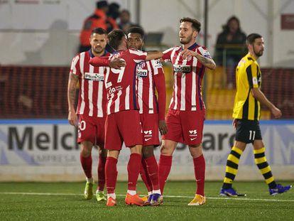 Vitolo, Ricard, de espaldas, y Saúl felicitan a Lemar por su gol al Cardassar en la Copa del Rey.