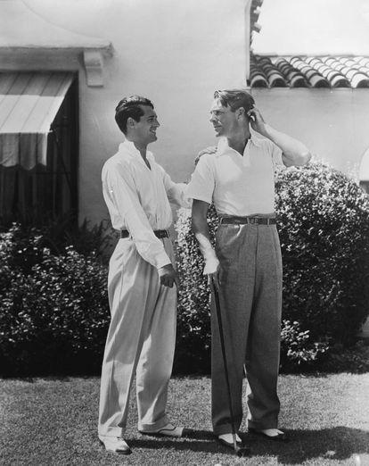Cary Grant y Randolph Scott posan en el jardín de su casa de Santa Mónica.