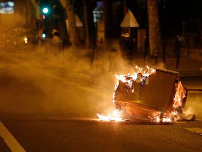 Un contenedor de basura arde en la calle durante disturbios esta semana en Villeneuve-la-Garenne.