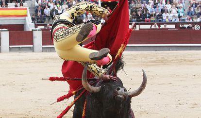 Cogida de José R. García 'Chechu', en su primer toro de la tarde.