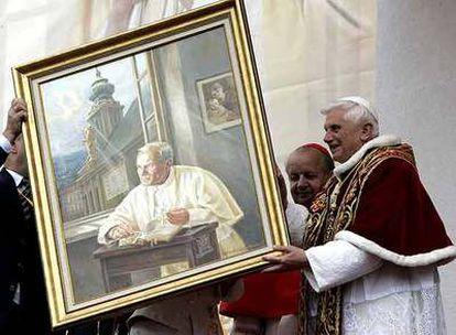 Benedicto XVI (a la derecha) recibe   un retrato de Juan Pablo II, durante su visita a Polonia en mayo de 2006.