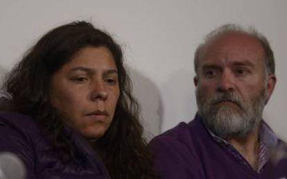 Andrera Antico y Sergio Maldonado, cuñada y hermano de Santiago, durante la rueda de prensa en Esquel.