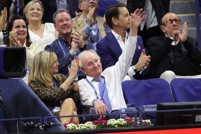 Rod Laver saluda a los aficionados de la Arthur Ashe durante la final entre Djokovic y Medvedev.