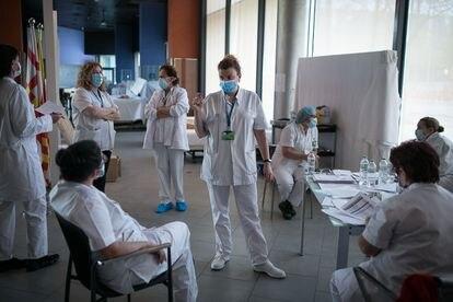 Sanitarios en un hotel utilizado por el hospital del Mar, de Barcelona, para atender casos leves por infección de coronavirus.