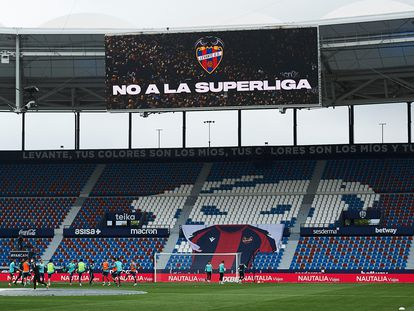 Mensaje contra la Superliga en el campo del Levante.
