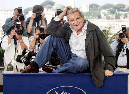 Youssef Chahine posa en la presentación de <i>Alejandría... Nueva York,</i> en el Festival de Cannes, en 2004.