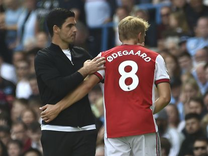 Mikel Arteta saluda a Odegaard en el partido entre el Arsenal y el Manchester City.