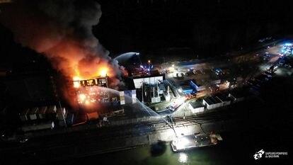 Los bomberos tratan de apagar el incendio en el centro de OVH.