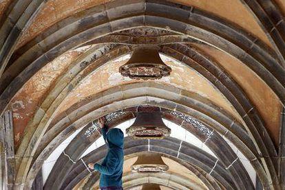 La restauradora Marta Rebora da los últimos toques a su trabajo en el claustro del monasterio.