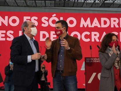 Ángel Gabilondo, Pedro Sánchez y la alcaldesa de Getafe, Sara Hernández, en el mitin de campaña del PSOE en la ciudad del sur de Madrid.