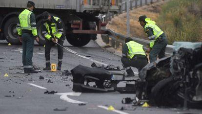Agentes de la Guardia Civil de Tráfico delimitan un perímetro a la altura del kilómetro 16 de la carretera CL-605 (Segovia), donde este miércoles han fallecido dos personas.