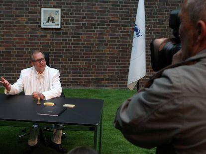 El artista Peter Kees funda el 'consulado' de Arcadia en Rostock (Alemania), en julio de 2011.