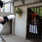 En agosto de 2016, durante la cuarentena en Argentina, un voluntario disfrazado como Mickey Mouse saluda a una niña encerrada en casa en Fuerte Apache, Buenos Aires. Fue una campaña por el Día del Niño en el país para animar a los más pequeños.