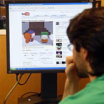 Un joven navegando por Internet.