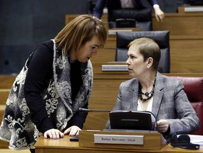La presidenta del Gobierno de Navarra, Uxue Barkos, y la del Parlamento foral, Ainhoa Aznárez, en un pleno reciente de la Cámara navarra.