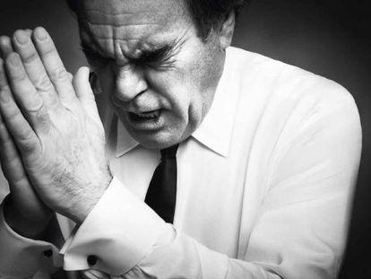 Oliver Stone, 67 años. Antes de dedicarse a dirigir, hizo varios trabajos, entre ellos profesor y taxista. En esta foto y en las siguientes, lleva ropa de Giorgio Armani