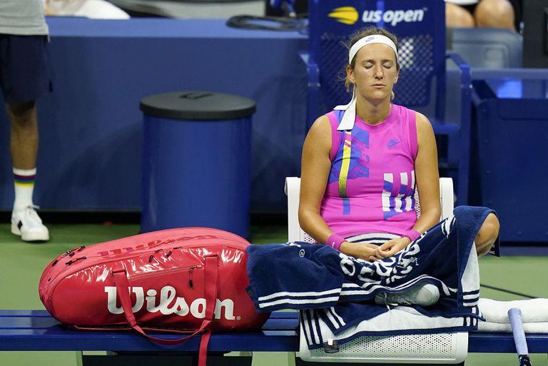 Azarenka medita durante el partido contra Serena en la pista central de Nueva York.