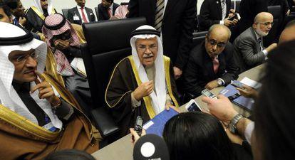 El ministro del Petróleo saudí, Ali I. Naimi, atiende a la prensa al inicio de la 168º reunión de la OPEP.