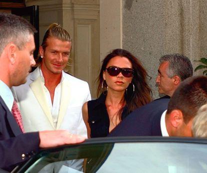 El futbolista David Beckham y su esposa, Victoria Beckham dejan su hotel de Madrid en julio de 2003.