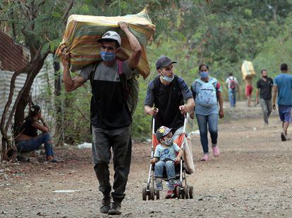 Migrantes venezolanos entrando en Colombia a través de Cúcuta, el pasado febrero.