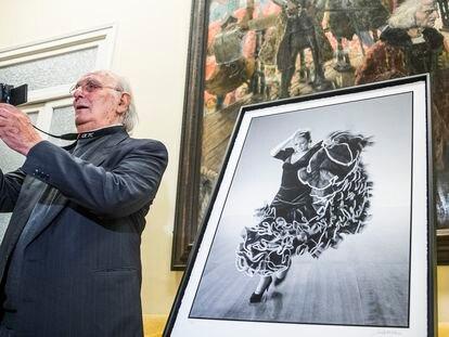 Carlos Saura, por el lanzamiento de una edición limitada de fotos suyas a Lola Flores, en el Círculo de Bellas Artes en Madrid.