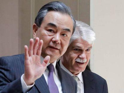 El ministro de Exteriores chino, Wang Yi, delante de Dastis, ministro de Asuntos Exteriores y Cooperación.