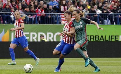 María León, del Atlético, y Moraza, del Athletic.