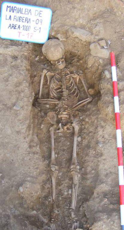 Restos humanos hallados en una tumba del yacimiento de Marialba.