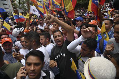 Manifestantes gritan consignas durante una protesta contra el presidente Nicolás Maduro y su Administración en Caracas, Venezuela, el martes 10 de marzo de 2020.