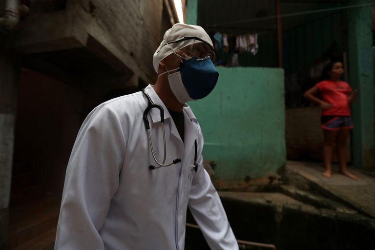 Un médico vista a posibles infectados de coronavirus en Sao Paulo (Brasil)