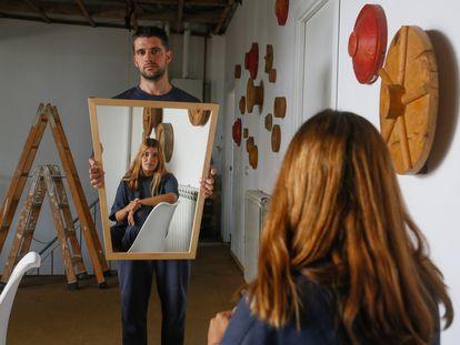 La directora de arte Irene Luna (de espaldas y en el espejo) y el artista Ampparito.