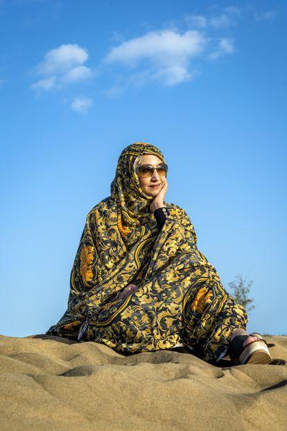 Marzo de 21021 - Aminatou Haidar fotografiada en una duna de Maspalomas, al sur de Gran Canaria - ©Alfredo Cáliz