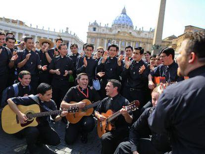 Un grupo de jóvenes religiosos, en la plaza de San Pedro de Roma.