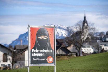 Cartel a favor de la prohibición del burka en la localidad suiza de Oberdorf, el pasado febrero.