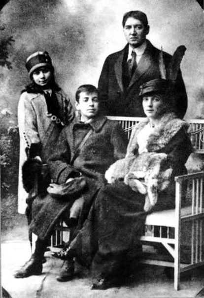 El joven Jorge Luis Borges junto a su madre Leonor, su padre y su hermana.