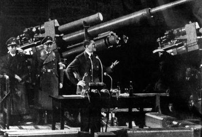 Adolf Hitler pronuncia un discurso en una fábrica de armamento.
