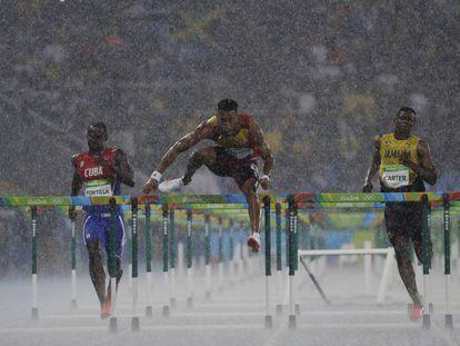 El cubano Jhoanis Portilla (izquierda), el español Orlando Ortega (centro) y el jamaicano Deuce Carter, en una prueba de atletismo de los Juegos de Río 2016.