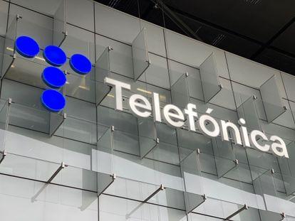 La nueva imagen de la compañía, en uno de los edificios de la sede que tiene en el Distrito Telefónica de Las Tablas (Madrid).