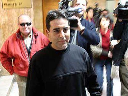 Francisco Gómez Simón, acusado del triple crimen de Benifallim, ayer a su llegada a la Audiencia de Alicante para el juicio.