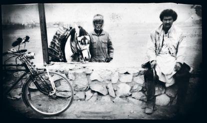 """""""Efectos velados para expresar la tristeza y nostalgia del viajero, cuyo pasado y presente se entrelazan cruelmente"""" es el título del libro del fotógrafo Atiq Rahimi sobre lo que encontró en 2002 en Kabul, tras una ausencia de 18 años"""