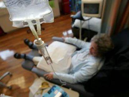 Un enfermo de cáncer recibe un tratamiento de quimioterapia.