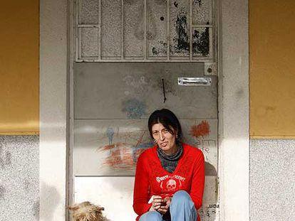 Carmen Gázquez, en la puerta de su casa en Los Trigales.