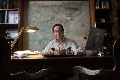 José Bono, en el despacho en el que ha escrito sus memorias, que sujeta con su mano derecha.