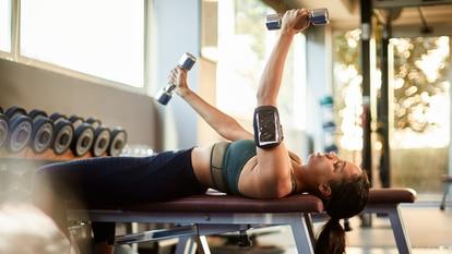 Estos bancos para hacer ejercicio permiten ajustar su asiento en diferentes posiciones, para trabajar todo el cuerpo. GETTY IMAGES.