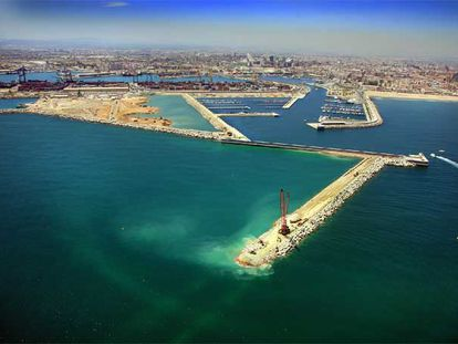 Imagen de la ampliación del puerto de Valencia, con uno de los nuevos dique de abrigo en primer término y con la ciudad al fondo.