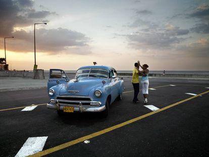 'Chevy azul y pareja bailando' (2006), La Habana.